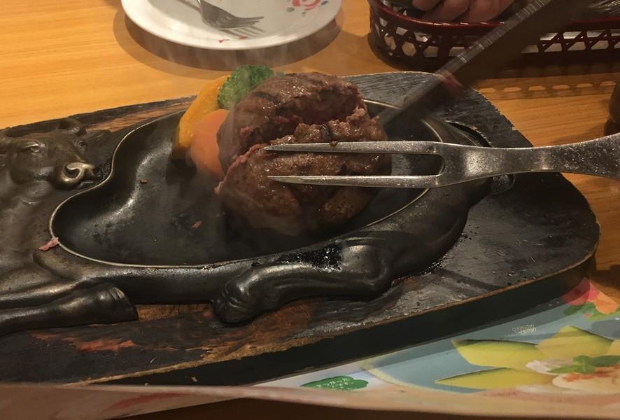 炭焼レストランさわやかのげんこつハンバーグを切ってる様子