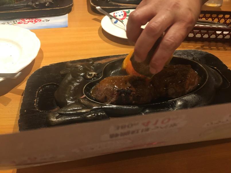 炭焼レストランさわやかのげんこつハンバーグソースをかける