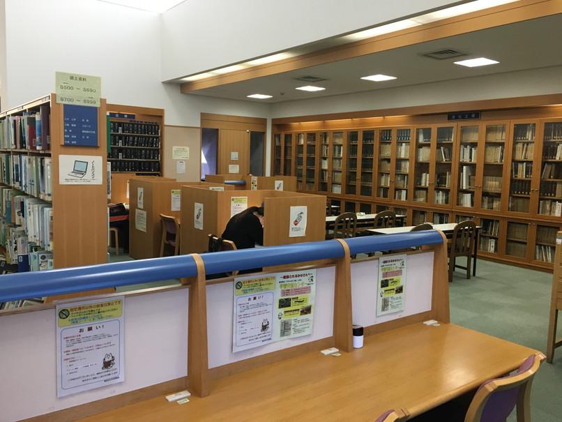 磐田市立図書館の自習席