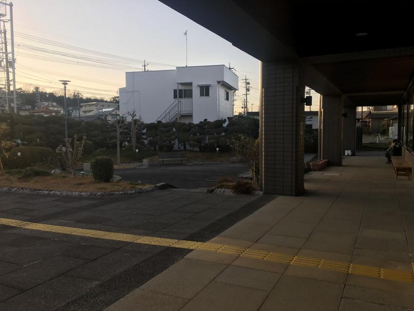 磐田市立図書館出入り口付近