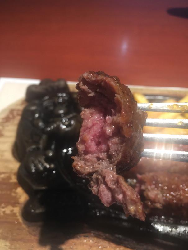 ブロンコビリーのビーフ100%炭焼きブロンコハンバーグ断面