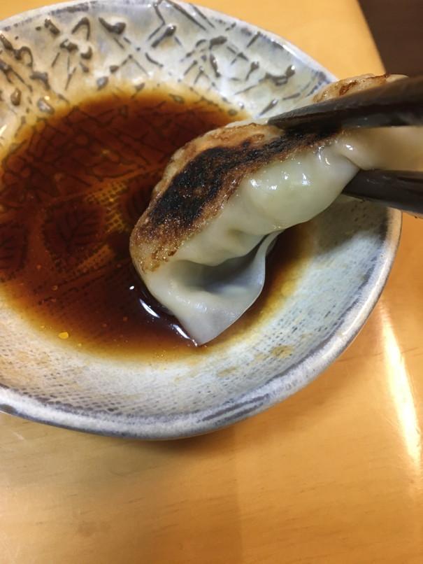 マルマツのどうまい浜松餃子を醤油につけたところ